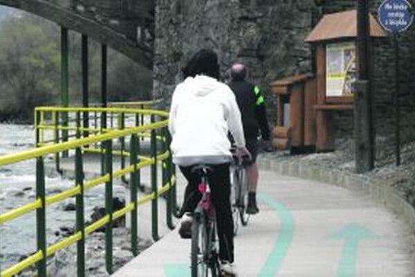 Po zime sa začala cyklotrasa plniť cyklistami a korčuliarmi.