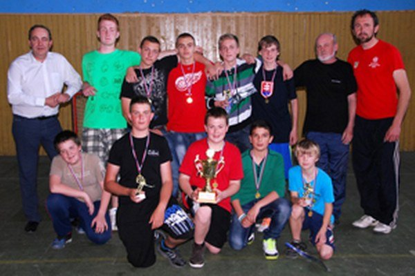 Víťazné družstvo zo ZŠ Čadca Podzávoz. Vďaka tréningu a Kysuckej hokejbalovej lige si jej žiaci počínali tento rok najlepšie.