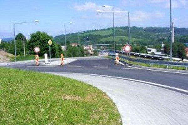 Cestári zatiaľ dali do užívania okružnú križovatku.
