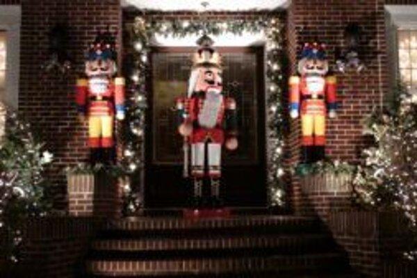 V USA na vianočnej výzdobe nešetria. Zdobia si domy od komína až po verandu.