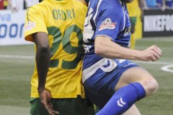 Žilinčan Prince Ofori v súboji s hráčom Liberca.