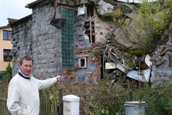 Pre susedov je ruina doslova postrachom. Starosta Milan Matlák hovorí, že sa jej zatiaľ nevedia zbaviť.
