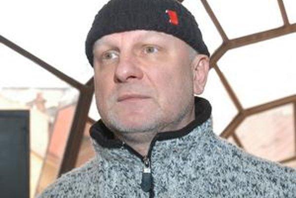 Ondrej Šoth (1960) sa narodil v Bardejove. Po košickom konzervatóriu vyštudoval choreografiu a réžiu tanca na VŠMU. Spolupracoval s  Pražským komorným baletom P. Šmoka, s pražskou Laternou Magikou či SĽUK-on. Bol šéfom baletu v Mestskom divadle Ústí nad L