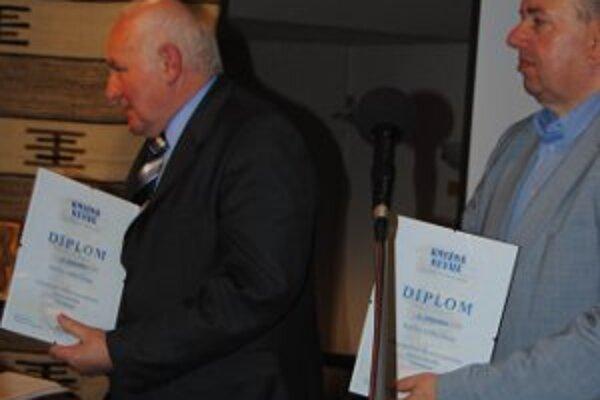 Anton Straka. Kysucký spisovateľ pri preberaní ocenenia v čitateľskej ankete Kniha roka 2010.