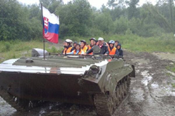 Vyskúšali si aj jazdu na tanku.