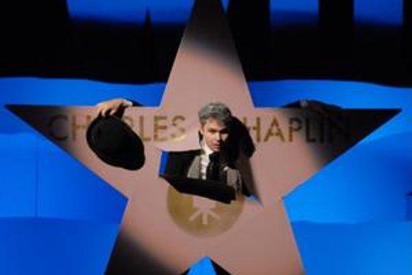 Radovan Král ako Charlie v inscenácii zlínskeho divadla Charlie vo svetle modernej doby.
