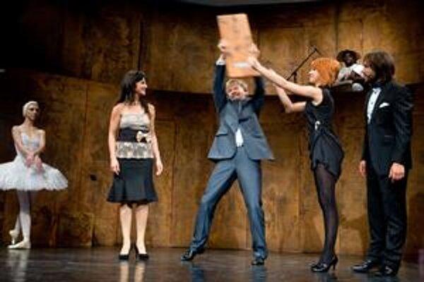 Speváci  Helena Szabóová Pecse (vľavo) a Pavol Remenár sa tešia z úspechu opery Orfeus a Eurydika. Vyhlásili ju za najlepšiu inscenáciu uplynulej sezóny.