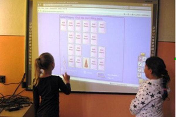 Interaktívne tabule takmer v každej triede má v kysuckom regióne len Základná škola v Zborove nad Bystricou.