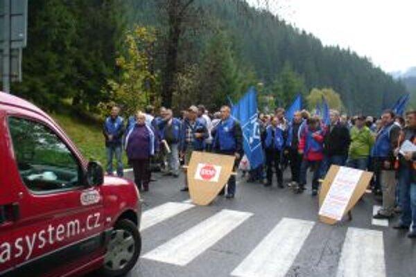 Odborári z Kysúc, Žiliny a Bytče sa dnes stretli na hraničnom priechode v Makove. Podporiť ich prišli aj ich kolegovia z Českej republiky.