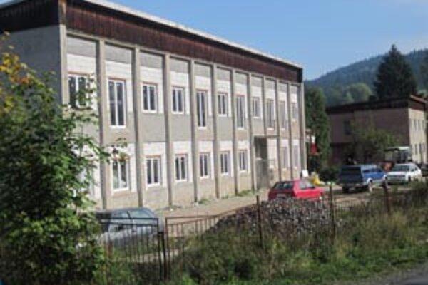 Budovu bývalej školy prestavili na bytový dom.