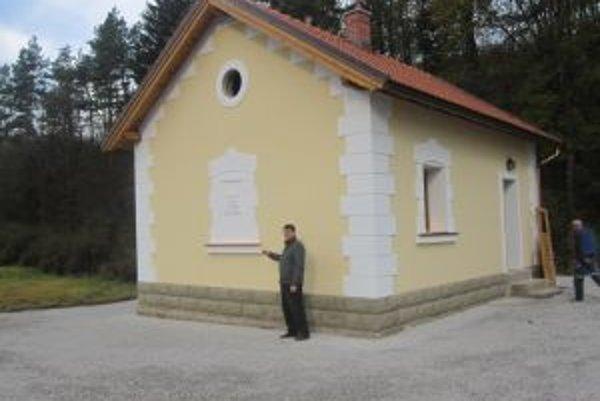 Starosta obce Ladislav Šimčisko  (na snímke) hovorí, že sa na rodnom domčeku Jozefa Kronera, ktorý dnes otvoria, snažili zachovať čo najviac originálnych prvkov.
