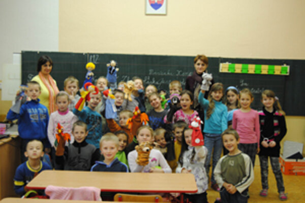 Knihovníčky často v rámci projektu Knižnica na cestách chodia s podujatiami na školy a do zariadení pre deti a mládež (na fotografii knihovníčky Darinka Bajáková a Peťa Gavenčiaková).