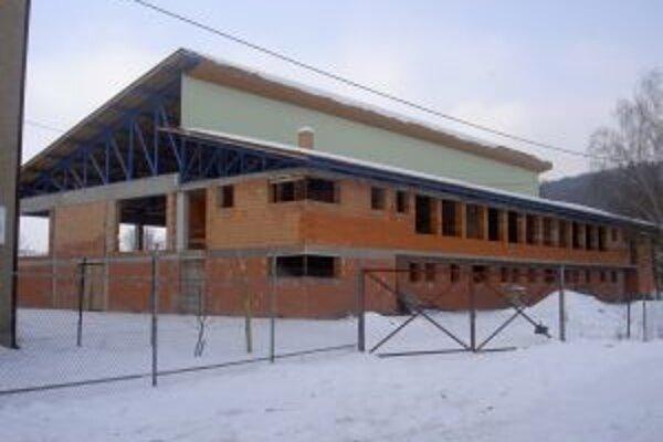 Hrubá stavba telocvične čaká na dokončenie už niekoľko rokov.