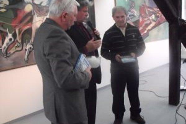 Hrubého knihu pokrstil Milan Matušisnký snehovou vrstvou. Asistovali mu pri tom autor diela Ladislav Hrubý a riaditeľ Považskej galérie umenia Milan Mazúr.