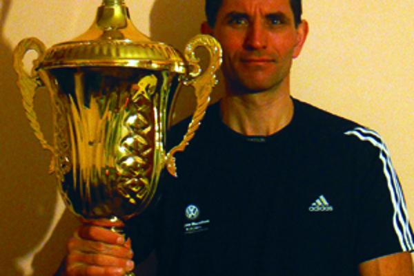 Ladislav Sventek s víťaznou trofejou.