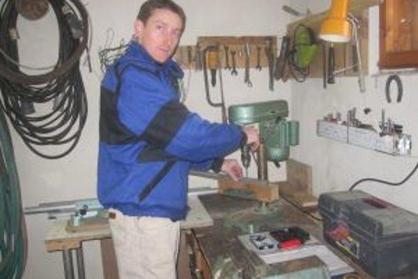 V dielni nareže Juraj Tkáč rúrky. Zvonkohry zostavuje a ladí v svojej izbe.