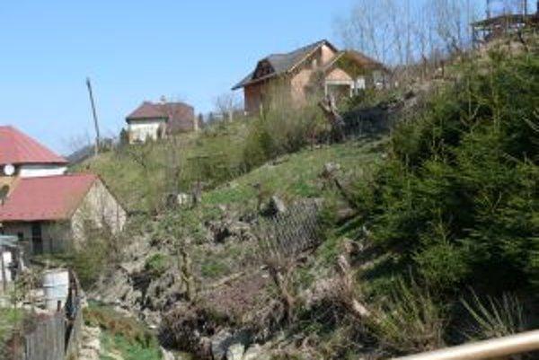 Zosúvajúca sa zemina nebezpečne ohrozovala rodinné domy.