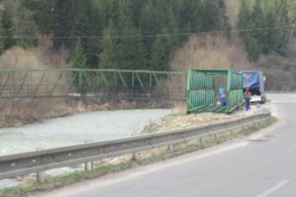 Nový most čakal na svoje osadenie ešte od jesene.