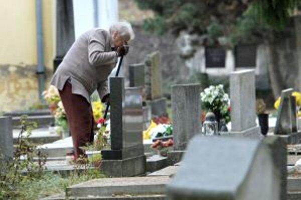 Po očiste domov a dvorov prišli na rad cintoríny.