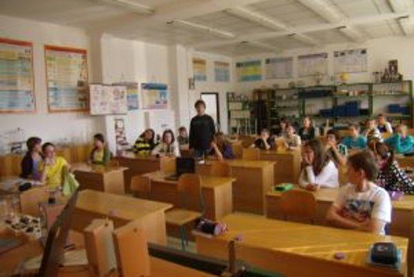 V ZŠ Komenského v Čadci pomáhajú dlhodobo chorým žiakom. V jednej triede pre nich zaviedli online vyučovanie.