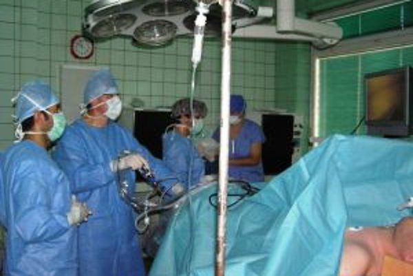 Prvú operáciu novým prístrojom urobil primár oddelenia úrazovej chirurgie Ivan Húževka.