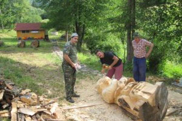 Práca v príjemnom prostredí školskej včelnice v Povine ide majstrom rezbárom od ruky.