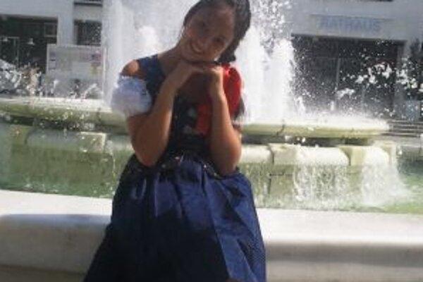 Katka si v kysuckom kroji zapózovala v Mníchove pred fontánou.
