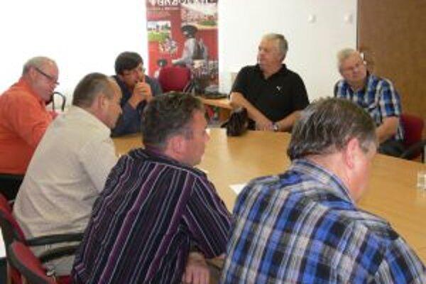 Plánovaný odpredaj budovy bývalej polikliniky bol témou stretnutia predstaviteľov mesta a obcí združených v Mikroregióne Horné Kysuce.
