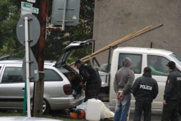 Policajti priviedli na miesto nehody muža s rukami v putách. Policajný pes pravdepodobne hľadal drogy, alebo zbrane.
