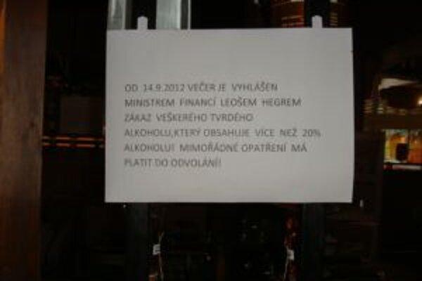 Takéto varovanie visí na obchodoch a reštauráciách v susednej Morave.