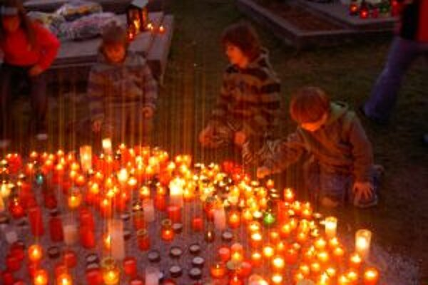 Počas prvých novembrových dní sa na cintorínoch rozhoria tisícky sviečok.