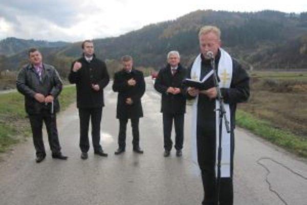 Po prestrihnutí pásky novú cestu posvätil správca ochodnickej farnosti, do ktorej patrí aj Dunajov, Ján Findura.