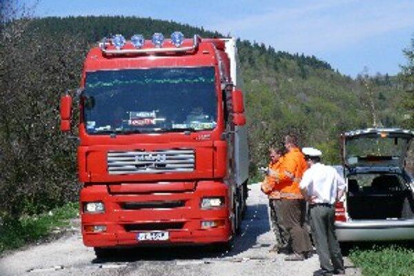 Jedno z nákladných áut bolo preťažené o sedem ton.