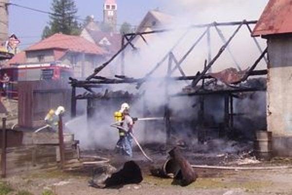 Stodola zhorela takmer celá, vedľa stojaci dom hasiči zachránili.