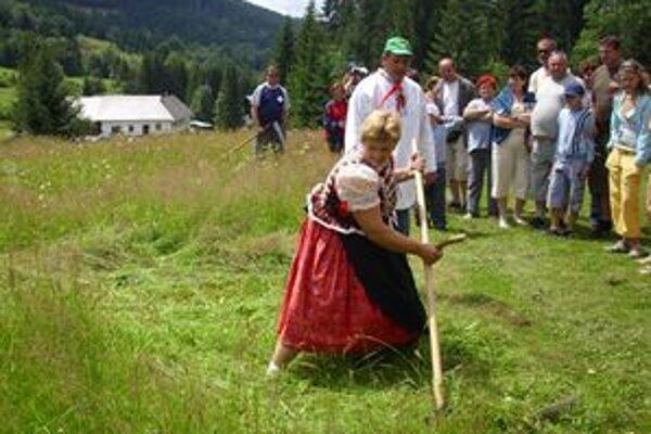 Aj ženy sa na Kysuciach vedia oháňať kosou.