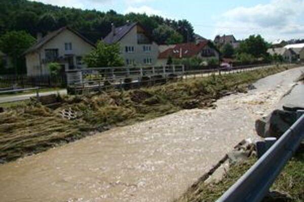 Rozvodnený tok spôsobil problémy aj v Bardejove.