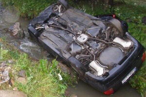 Auto skončilo v potoku na streche.