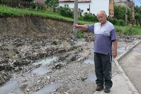 Obyvatelia Svrčinovca sa boja, že zosuv pôdy naruší statiku domov.
