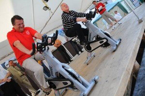Medzi prvými účastníkmi rekordu boli primátor mesta Turzovka Miroslav Rejda (vľavo) a vicepremiér Dušan Čaplovič (vpravo). V sobotu v Turzovke sa uskutočnil rekordmanský maratón. Presne 12 hodín tu šliapali do pedálov stacionárneho bicykla stovky Turzovča