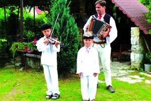 Miroslav vedie k folklóru aj synov Martina a Matúša.