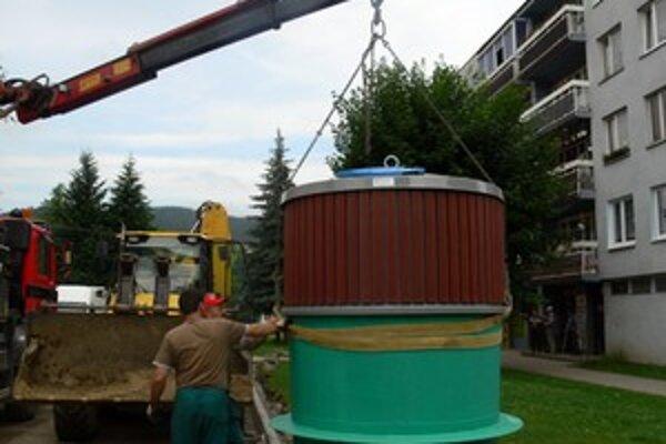 Staré nádoby na odpad nahradili polopodzemné veľkokapacitné kontajnery.