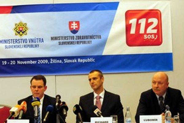 Minister (v strede) hovoril aj o sanitkách na minulotýždňovej tlačovej konferencii v Žiline. Vedľa neho vľavo sedí štátny tajomník MV SR Jozef Buček, vpravo Ľubomír Kočiš, riaditeľ operačného strediska záchrannej zdravotnej služby.
