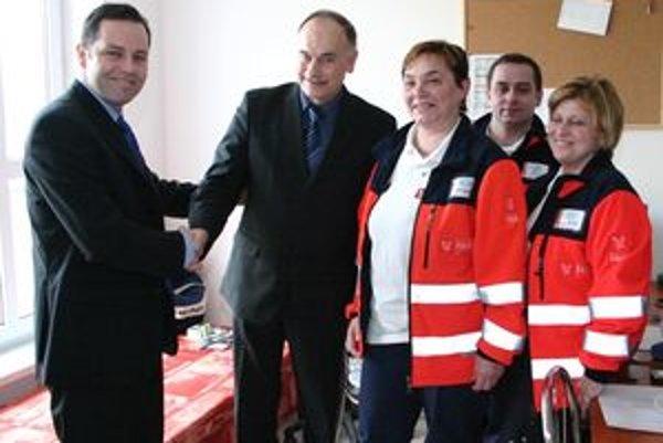 Primátor mesta Ján Hartel (druhý zľava) je rád, že sa záchranka do mesta vrátila.