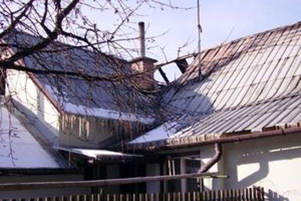 Hasiči museli pri lokalizovaní  požiaru vyhádzať z podrovia všetko, čo mohlo zapríčiniť rozšírenie požiaru na celý dom.