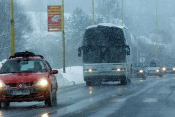 Včerajšie počasie veľa radosti vodičom neurobilo. Lepšie to nie je ani dnes.