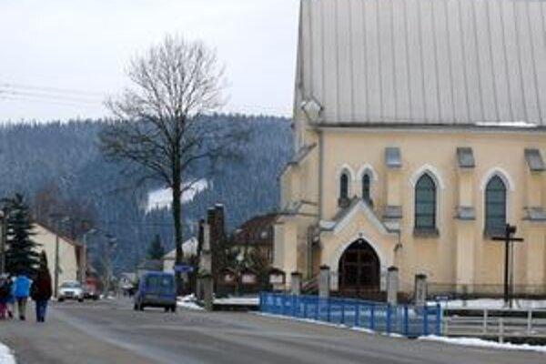 Z líp pri rakovskom kostole zostali len torzá.