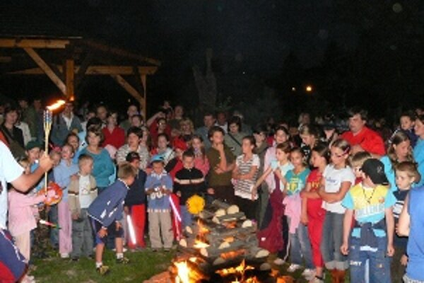 Ani tento rok nebude chýbať vatra, od ktorej si budú môcť deti zapaľovať svoje svietidlá.