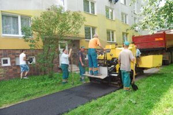 Nového koberca sa dočkal chodník na Hurbanovej ulici.
