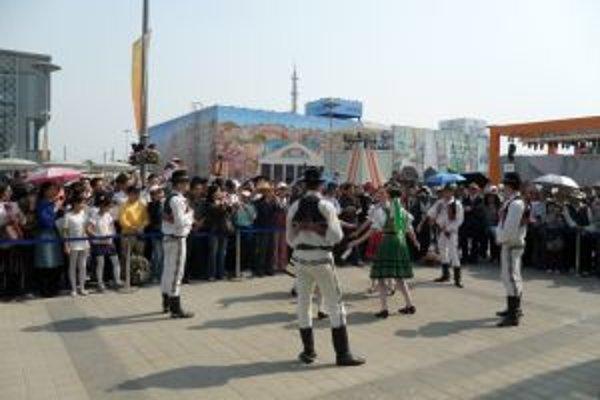 Počas výstavy sa konajú aj vystúpenia rôznych folklórnych súborov.