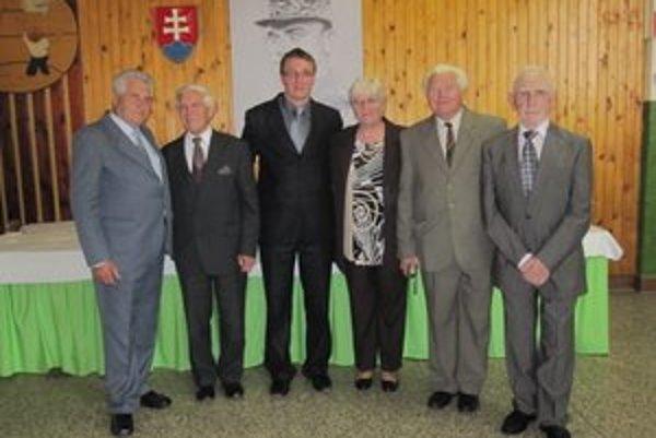 Ján Studený (vľavo) so svojimi bývalými učiteľskými kolegami. Na snímke je aj súčasný riaditeľ ZŠ v Zborove nad Bystricou Juraj Hlavatý (tretí zľava).